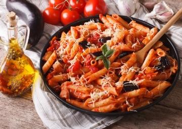 Domatesli Sos ile Patlıcanlı ve Zeytinli Rigatoni