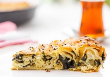 Kahvaltı veya Çay Saatine: Ispanaklı Börek Tarifi