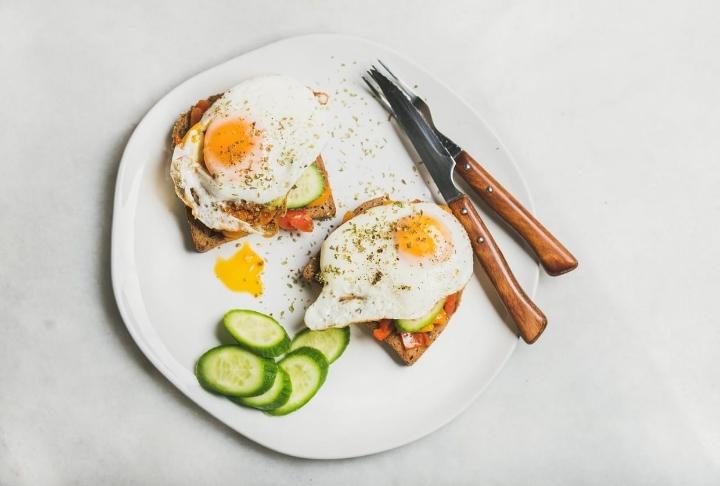 Kızarmış Ekmek Üzerinde Yumurta
