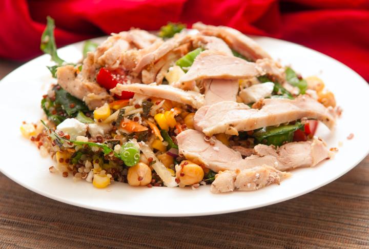 Kinoalı Nohutlu Tavuk Salatası