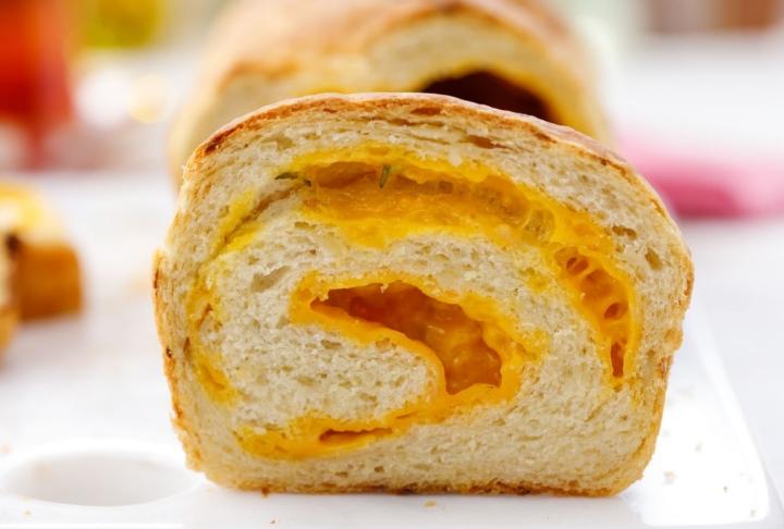 Cheddar Peynirli ve Soğanlı Ekmek