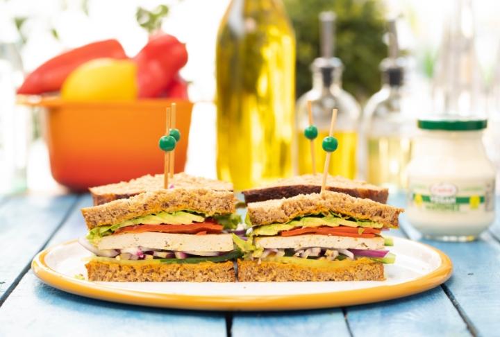 Proteini Bol Tofu Salatalı Vegan Sandviç