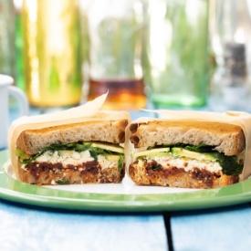 Avokadolu Lor Peynirli Sandviç