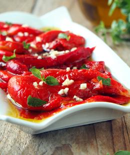 Pratikliğiyle Favoriniz Olacak: Közlenmiş Kırmızı Biber Salatası Tarifi